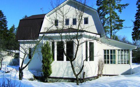 Надстройка мансарды с ломаной крышей и пристройка тёплой веранды